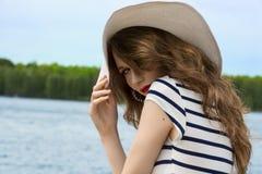 Blonde Frau mit dem langen Haar am Sommertag Stockfotos