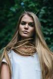 Blonde Frau mit dem langen Haar und den Hörnern Lizenzfreie Stockfotos
