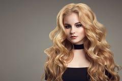 Blonde Frau mit dem langen schönen Haar Lizenzfreies Stockbild