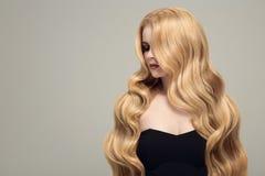 Blonde Frau mit dem langen schönen Haar Lizenzfreie Stockfotos