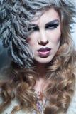 Blonde Frau mit dem lockigen Haar Lizenzfreie Stockfotos