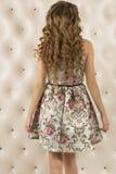 Blonde Frau mit dem lockigen Haar Ansicht von der Rückseite Stockfotos