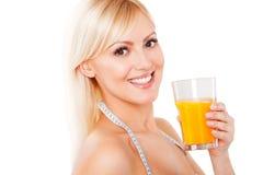 Blonde Frau mit dem messenden Bandtrinken Lizenzfreie Stockbilder