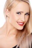 Blonde Frau mit dem roten Lippenstiftlächeln Lizenzfreie Stockbilder