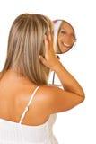 Blonde Frau mit dem Spiegel getrennt Stockfoto