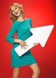 Blonde Frau mit dem weißen begrifflichpfeil Lizenzfreies Stockfoto