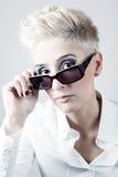 Blonde Frau mit dem weißen kurzen Haar lokalisiert auf Weiß Lizenzfreie Stockbilder