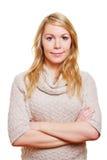 Blonde Frau mit den Armen gekreuzt Stockbild