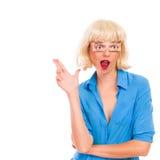 Blonde Frau mit den gefälschten Augen, die Finger zeigen, schießen. Stockfotografie