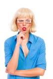 Blonde Frau mit den gefälschten Augen, die heraus Zunge haften Stockfotografie