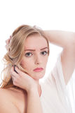 Blonde Frau mit den Händen im Haar auf weißem Hintergrund Stockfotos