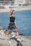 Blonde Frau mit den kleinen Zöpfen, die auf Meer stehen, schaukelt Lizenzfreies Stockbild