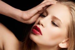 Blonde Frau mit den roten Lippen Stockfotos