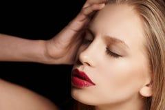 Blonde Frau mit den roten Lippen Stockfoto