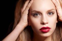 Blonde Frau mit den roten Lippen Lizenzfreies Stockfoto