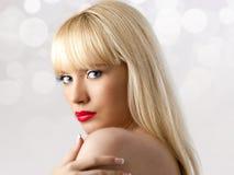 Blonde Frau mit den roten Lippen Lizenzfreie Stockfotografie