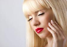 Blonde Frau mit den roten Lippen Lizenzfreie Stockfotos