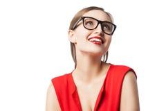 Blonde Frau mit den roten Lippen lächelnd beim oben schauen Stockfotos