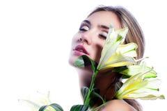 Blonde Frau mit der frischen sauberen Blume der Haut- und weißerlilie lokalisiert Lizenzfreies Stockfoto
