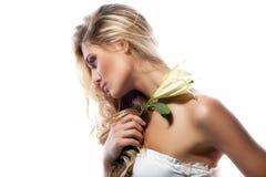 Blonde Frau mit der frischen sauberen Blume der Haut- und weißerlilie lokalisiert Stockbilder