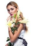 Blonde Frau mit der frischen sauberen Blume der Haut- und weißerlilie lokalisiert Stockbild