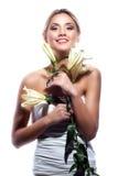 Blonde Frau mit der frischen sauberen Blume der Haut- und weißerlilie lokalisiert Lizenzfreie Stockbilder