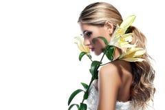 Blonde Frau mit der frischen sauberen Blume der Haut- und weißerlilie lokalisiert Stockfotos