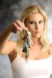 Blonde Frau mit der Taste Stockbilder
