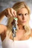 Blonde Frau mit der Taste Lizenzfreies Stockfoto