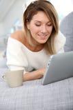Blonde Frau mit der websurfing Tablette Lizenzfreies Stockfoto
