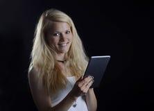 Blonde Frau mit digitaler Tablette Lizenzfreies Stockbild