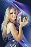 Blonde Frau mit Discokugel stockfotos