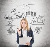 Blonde Frau mit Dokumenten und MBA-Skizze Stockbilder