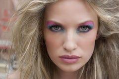 Blonde Frau mit drastischen Augen Stockbild