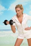 Blonde Frau mit Dumbbell Stockfoto