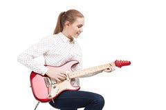 Blonde Frau mit E-Gitarre Lizenzfreie Stockfotos
