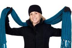 Blonde Frau mit einem blauen Schal Stockbilder