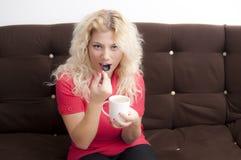 Blonde Frau mit einem coffe Lizenzfreies Stockbild