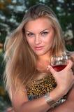 blonde Frau mit einem Glas Lizenzfreie Stockfotos
