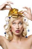 Blonde Frau mit einem goldenen Bogen Lizenzfreie Stockbilder