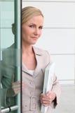 Blonde Frau mit einem Laptop Stockfotografie