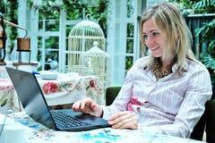 Blonde Frau mit einem Laptop Lizenzfreies Stockfoto