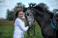 Blonde Frau mit einem Pferd Lizenzfreies Stockfoto