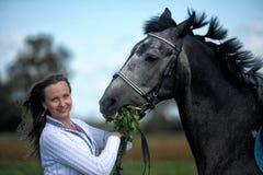 Blonde Frau mit einem Pferd Stockfotografie
