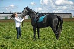 Blonde Frau mit einem Pferd Lizenzfreies Stockbild