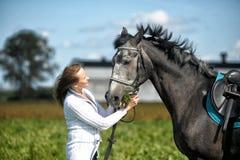 Blonde Frau mit einem Pferd Lizenzfreie Stockbilder