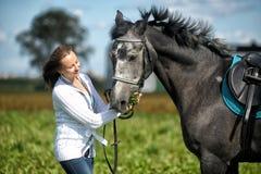 Blonde Frau mit einem Pferd Stockfoto