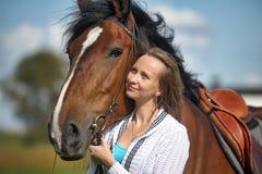Blonde Frau mit einem Pferd Lizenzfreie Stockfotos