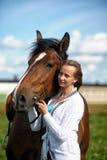 Blonde Frau mit einem Pferd Stockfotos
