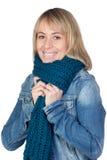Blonde Frau mit einem Schal Stockfotos